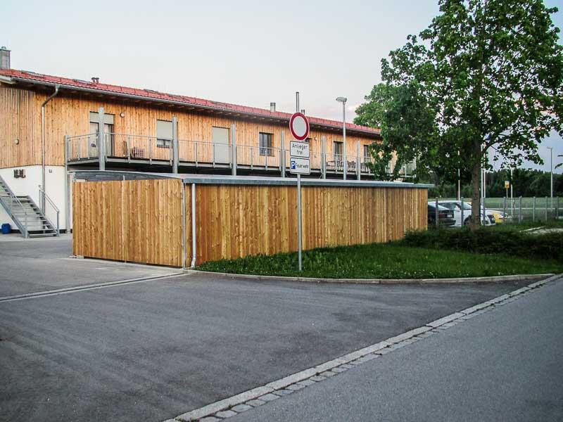 Reihencarport Holzwaende Rueckansicht