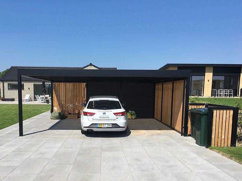 Design-Carport mit Holzwand und Anbau