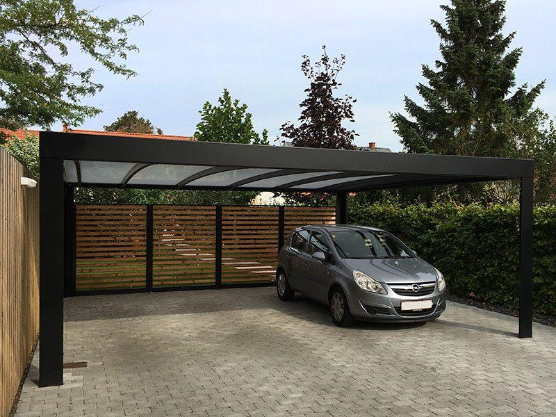 Design-Carport mit Holzwand